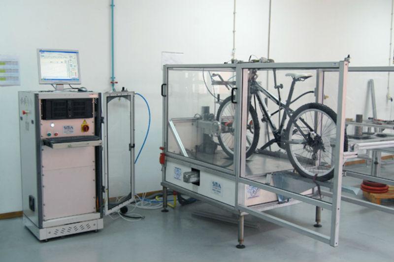 Bicicleta em laboratório de ensaios (imagem Abimota)