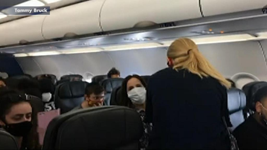 Mãe de seis é expulsa de avião após filha de dois anos se recusar a usar máscara