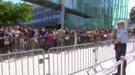 Incrível: centenas de pessoas junto ao hotel do Paris Saint-Germain