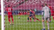 Mbappé derrubado na área... mas o árbitro manda jogar