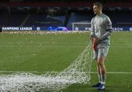 Neuer levou as redes da baliza do Estádio da Luz para casa (EPA/Lluis Gene / POOL)