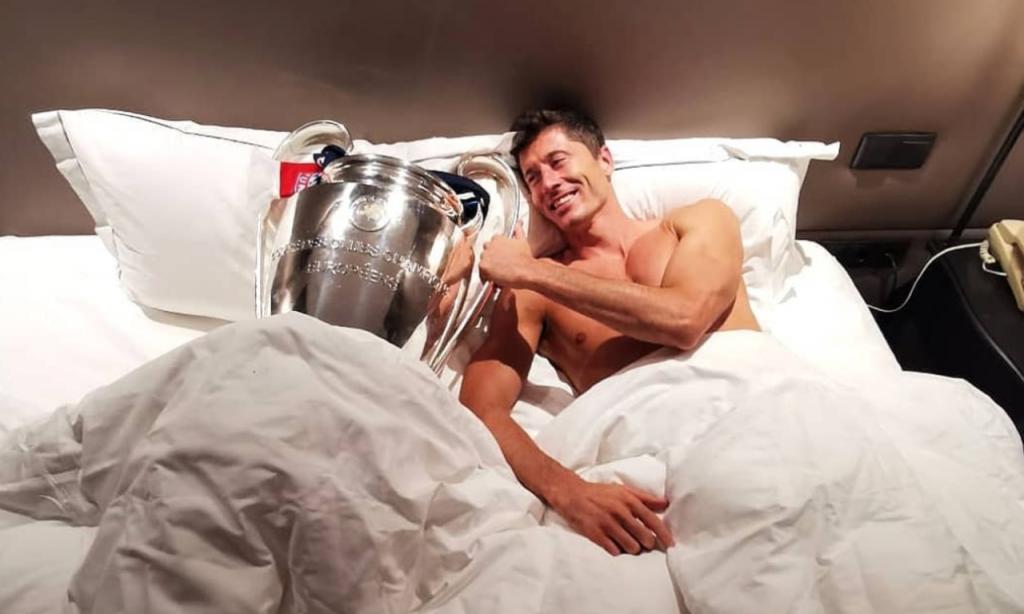 Robert Lewandowski com o troféu da Liga dos Campeões (Instagram: RL9)