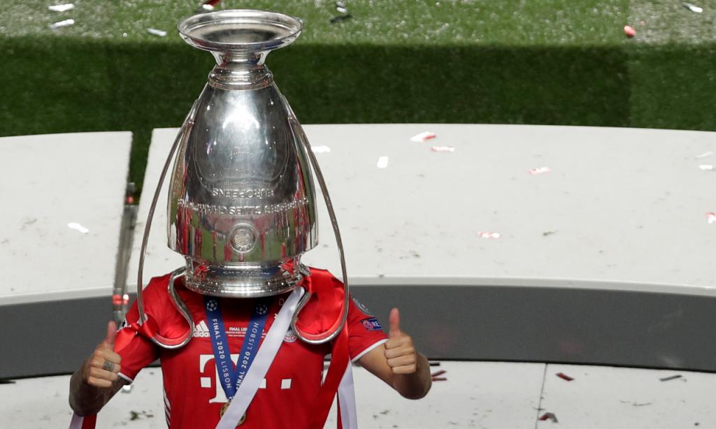 Lucas Hernández festeja vitória na Liga dos Campeões pelo Bayern com o troféu na cabeça (AP/Manu Fernandez)