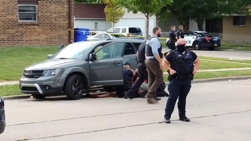 Homem de 29 anos baleado sete vezes pela polícia à frente dos filhos