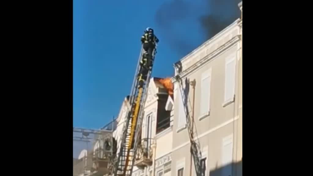 Bombeiros combatem chamas em cobertura de prédio em Campo de Ourique