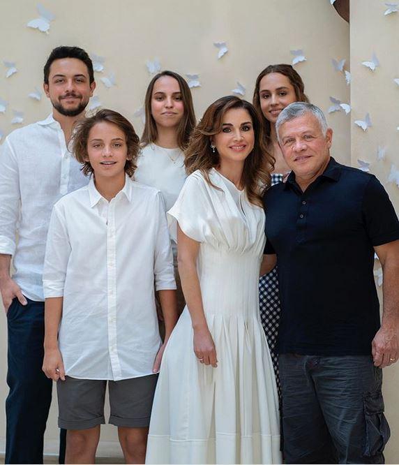 Rania Da Jordania Assinala 50ºaniversario Com Foto Oficial Em Familia