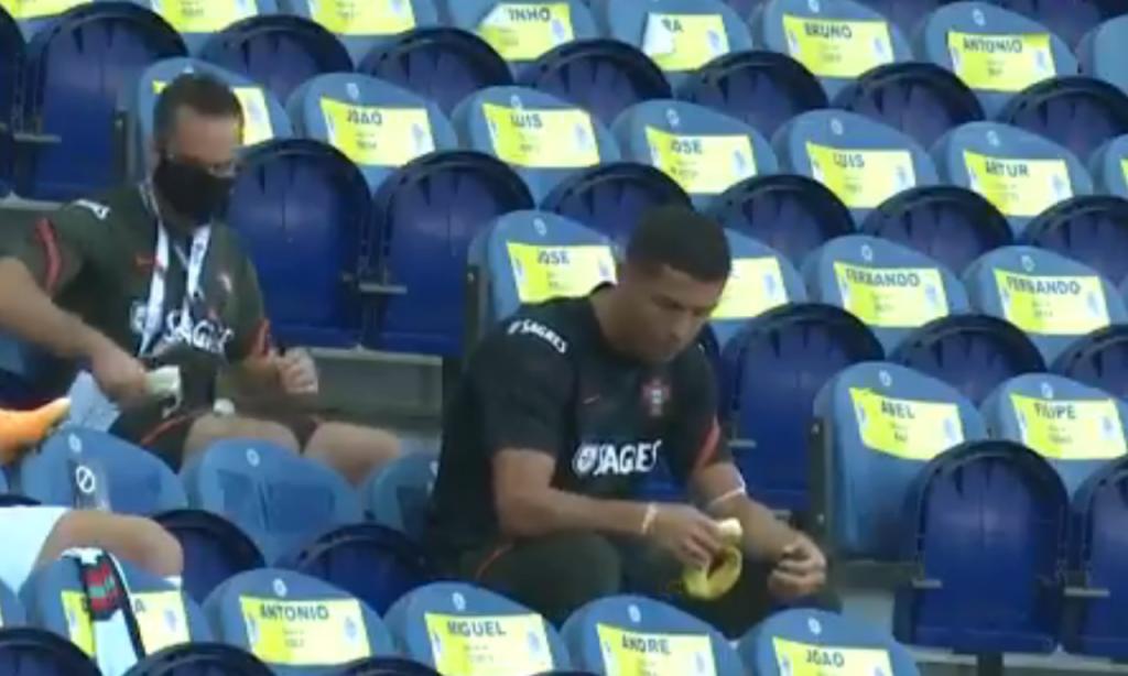 Ronaldo deixa cair banana no Estádio do Dragão (Esporte Interativo)