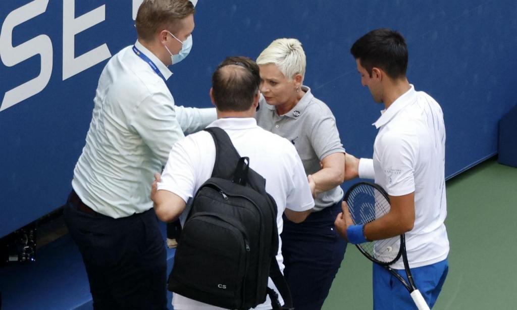 Novak Djokovic desqualificado por acertar com bola em juíza de linha