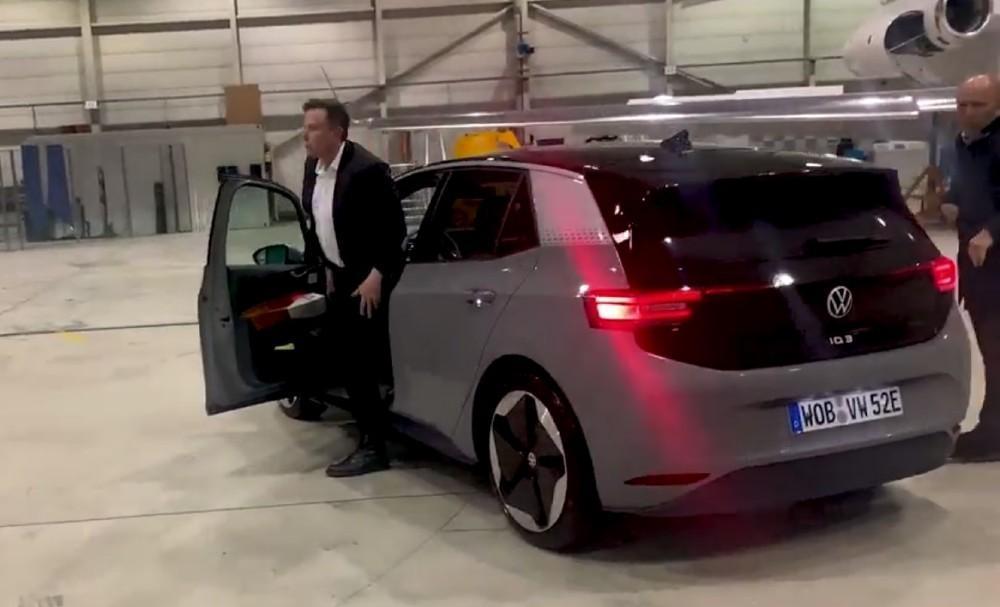 Elons Musk testa ID.3 (Reprodução Twitter VW)