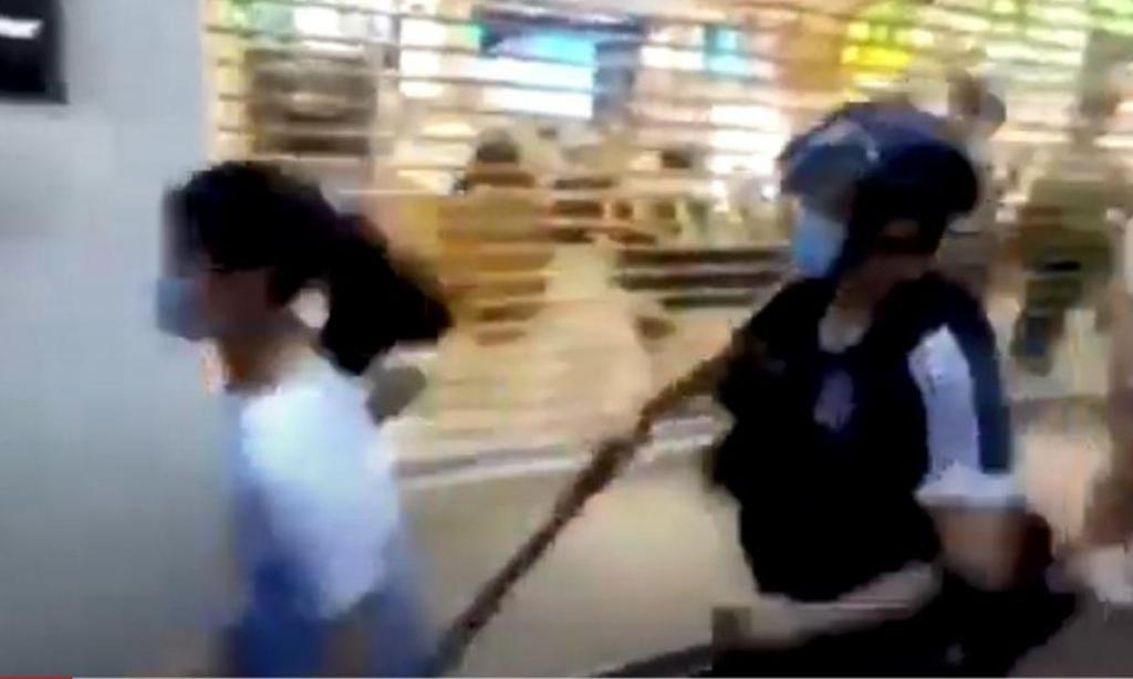 Polícia derruba criança em Hong Kong