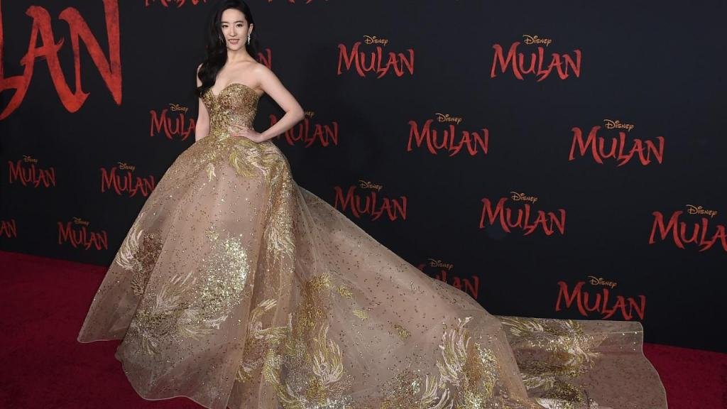 Yifei Liu, atriz que interpreta Mulan, na estreia do filme em Los Angeles
