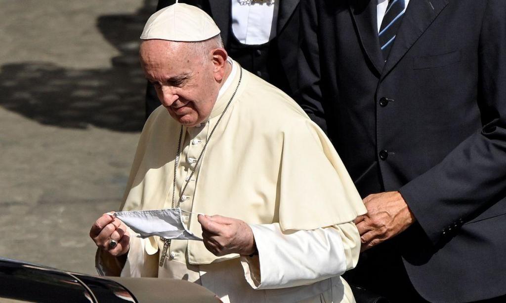 Papa usa máscara pela primeira vez
