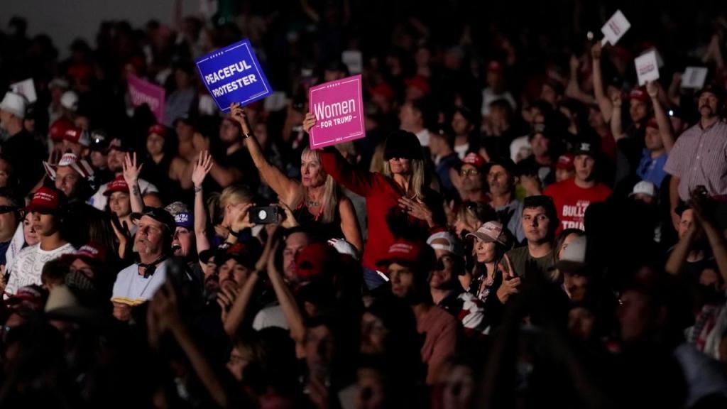 Milhares sem máscara ouviram Trump em comício no Nevada