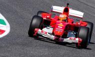 Mick Schumacher conduz o carro com que o pai foi campeão em 2004 (EPA)