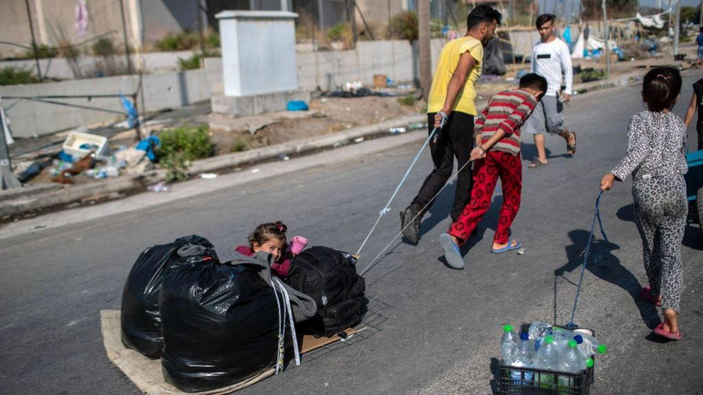 Migrantes são deslocados para outro campo de refugiados na ilha de Lesbos, Grécia