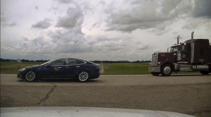 Tesla Model S com os bancos reclinados (imagem Royal Canadian Mounted Police)