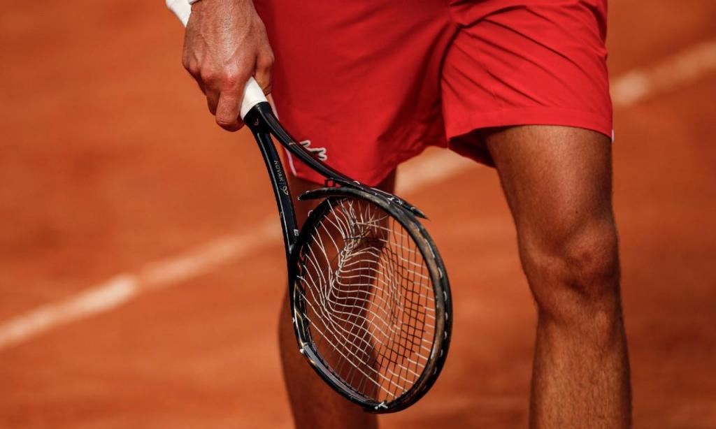 Novak Djokovic parte raquete em Roma (EPA)