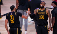 NBA, Final Conferência Oeste (Jogo 2): Los Angeles Lakers 105-103 Denver Nuggets. Anthony Davis e LeBron James festejam a vitória (Mar J. Terrill/AP)