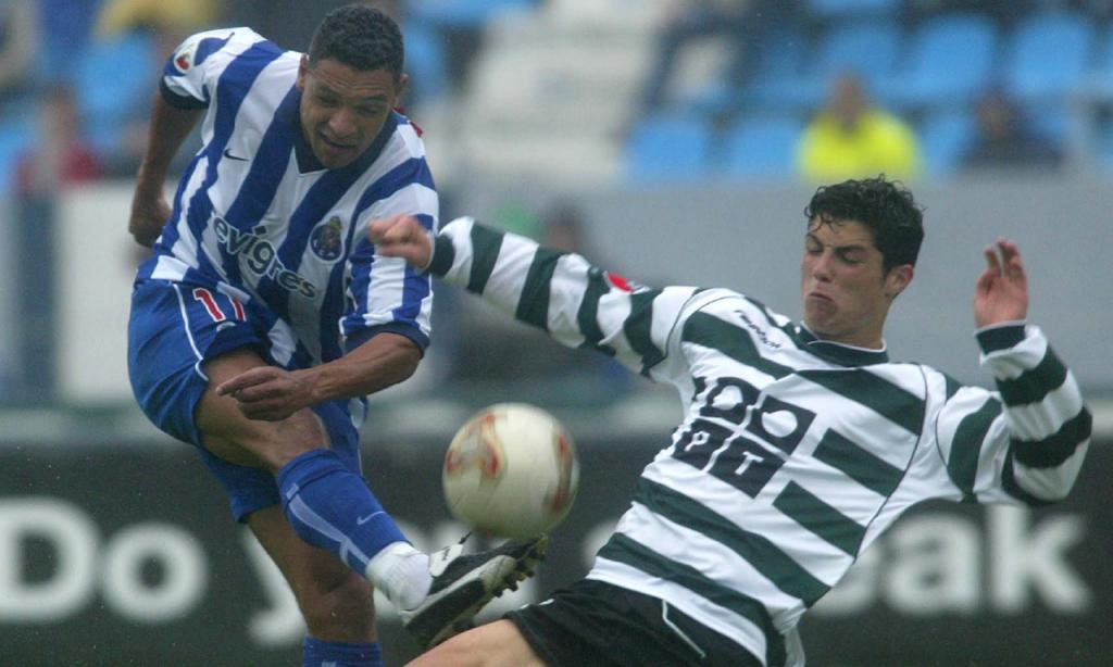 Cristiano Ronaldo no Sporting, num lance com Derlei, do FC Porto (AP)