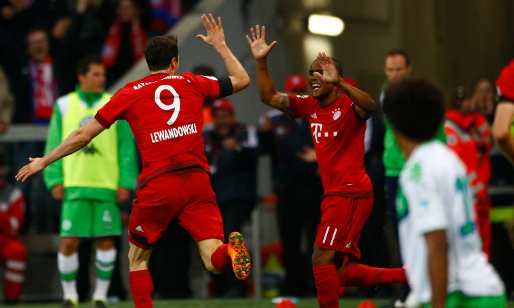 Robert Lewandowski fez cinco golos em nove minutos pelo Bayern ante o Wolfsburgo, a 22 de setembro de 2015 (Matthias Schrader/AP)