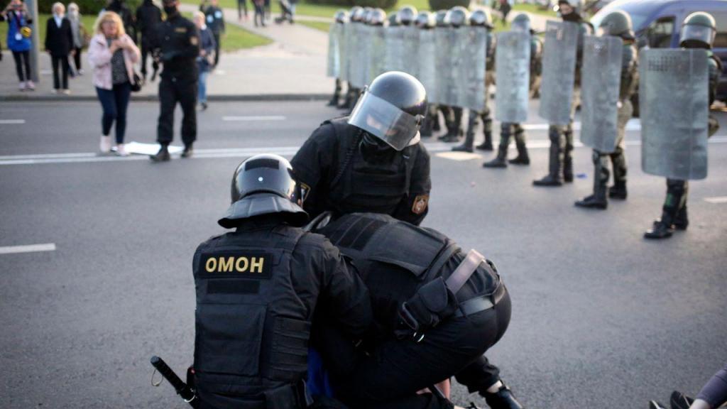 Manifestantes dispersados pela polícia na tomada de posse de Lukashenko