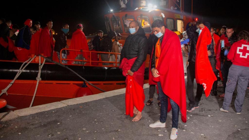 Migrantes resgatados no mar em Espanha