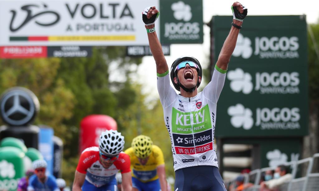 Luís Gomes, da equipa Kelly - Simoldes, foi o vencedor no alto de Santa Luzia, no final da primeira etapa da edição especial da Volta a Portugal em Bicicleta (Nuno Veiga/Lusa)