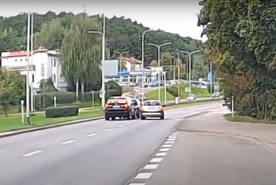 Condutor parado após acidente (reprodução YouTube)