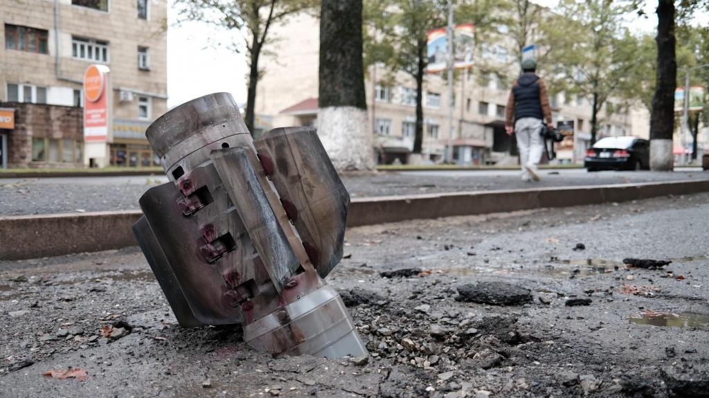 Parte de um rocket na rua em Stepanakert