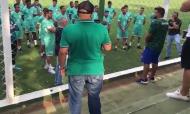 Adeptos do Goiás protestam com equipa no centro de treinos (Charlie Pereira, Radio Sagres 730)