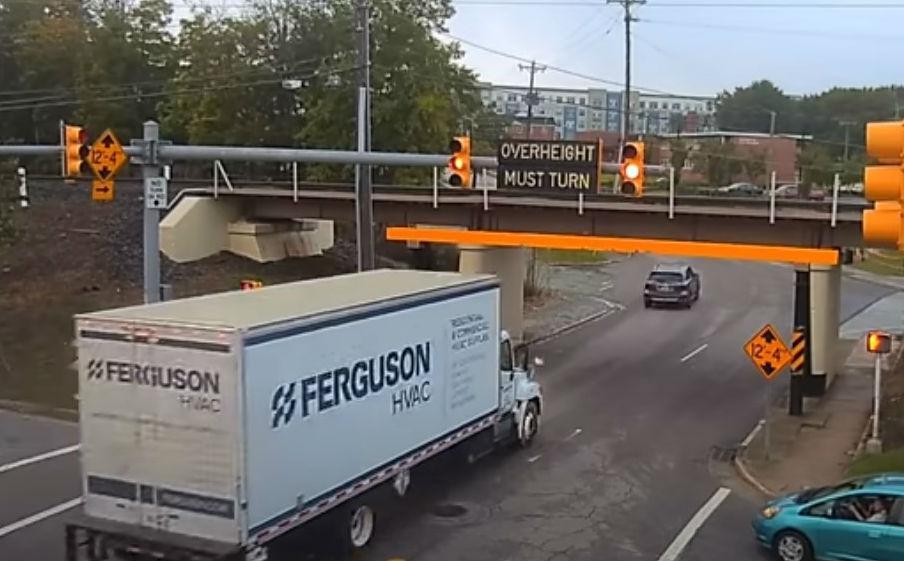 Camião bate em ponte (reprodução YouTube «Yovo68»)