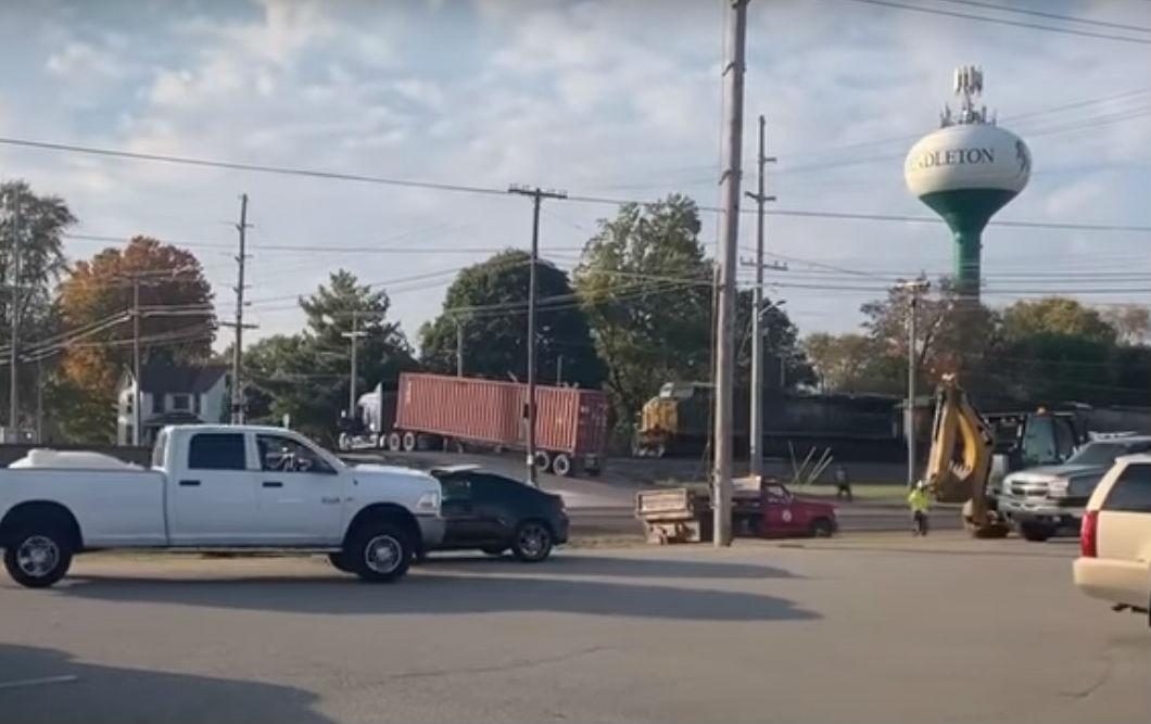 Camião parado na linha de comboio (reprodução YouTube «WTHR»)