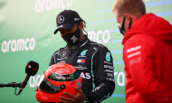 Lewis Hamilton recebe capacete de Michael Schumacher, das mãos de Mick Schumacher, após igualar as 91 vitórias do antigo corredor alemão (Bryn Lennon/AP)