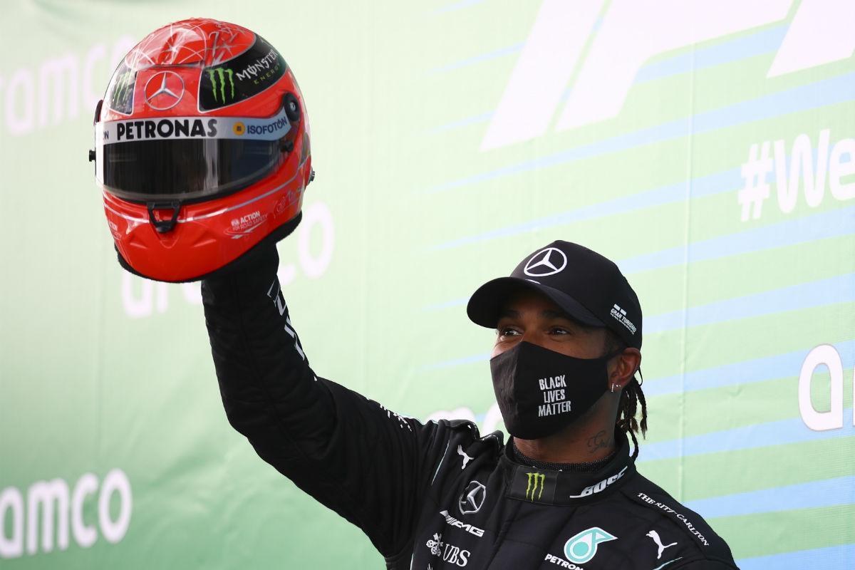 Lewis Hamilton com capacete de Michael Schumacher (Lusa)