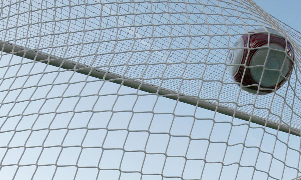 Bola e baliza (Thomas Kienzle/AP)