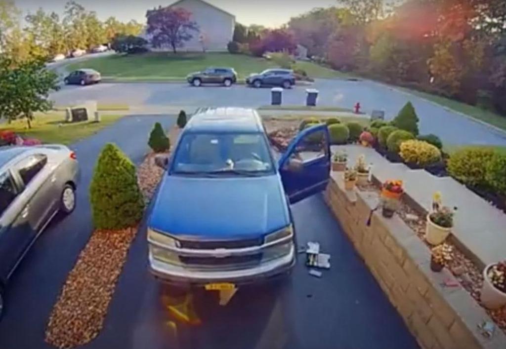 Homem repara pick-up em casa (reprodução YouTube)