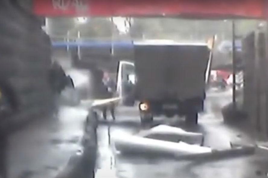 Camião bate em passagem aérea (reprodução YouTube)