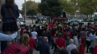 «Mar» de gente à chegada do Benfica ao Estádio dos Arcos