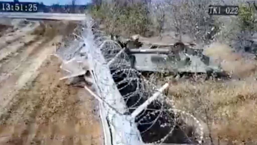Militares colidem tanque contra aeroporto