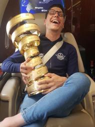 João Almeida com o troféu do Giro (foto Dario Gomes/Facebook)