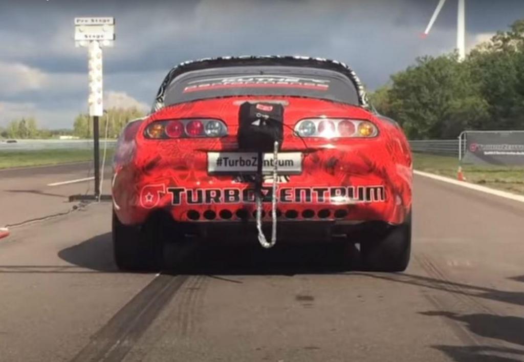 Toyota Supra A80 em drag race (reprodução YouTube TurboZentrum)
