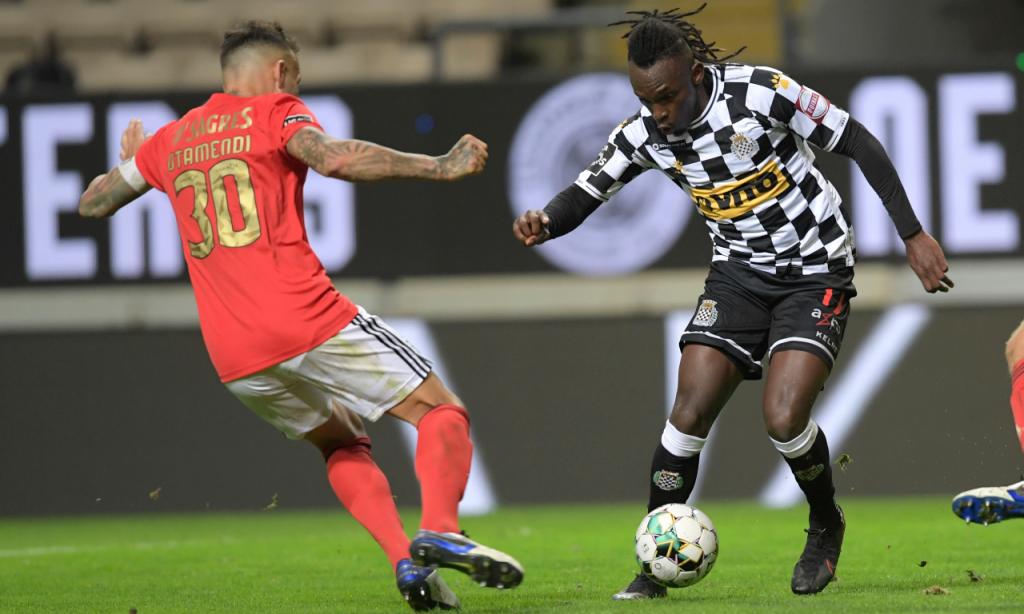 Alberth Elis e Otamendi em duelo no Boavista-Benfica (Fernando Veludo/Lusa)