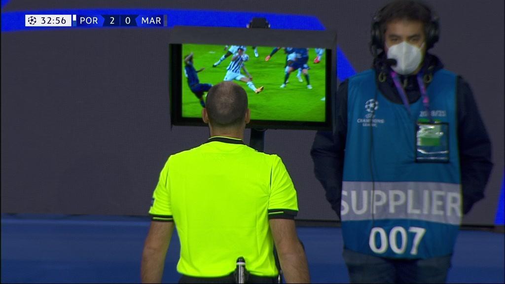 O momento em que o árbitro percebe que errou em penálti contra o FC Porto
