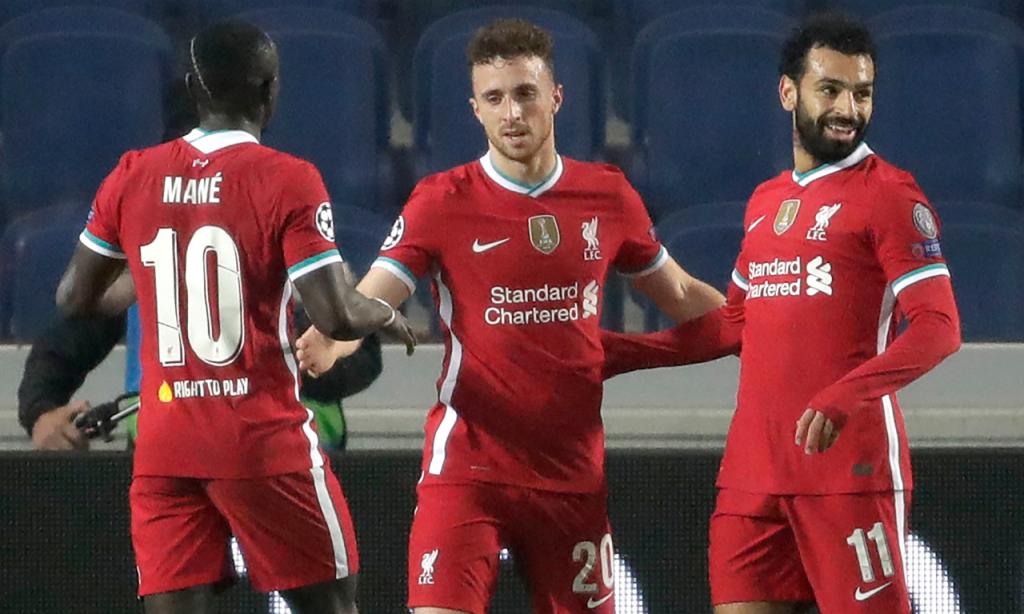 Atalanta-Liverpool (Luca Bruno/AP): Salah, Diogo Jota e Mané festejam primeiro golo do jogo, apontado pelo português
