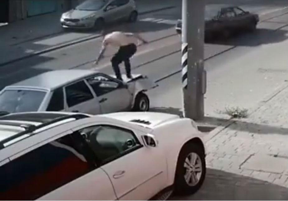 Homem bate no carro para desamolgar a chapa (reprodução YouTube)