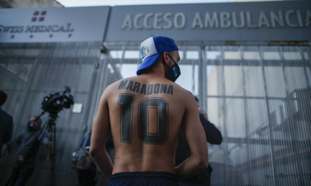 Fãs junto ao hospital onde Maradona foi operado (AP Photo/Maria Paula Avila)