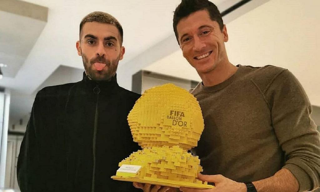 Lewandoswki recebeu Bola de Ouro feita de legos