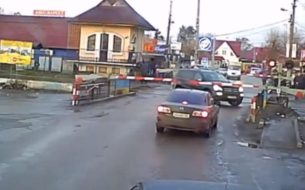 SUV fica preso em passagem de nível (Reprodução Youtube)