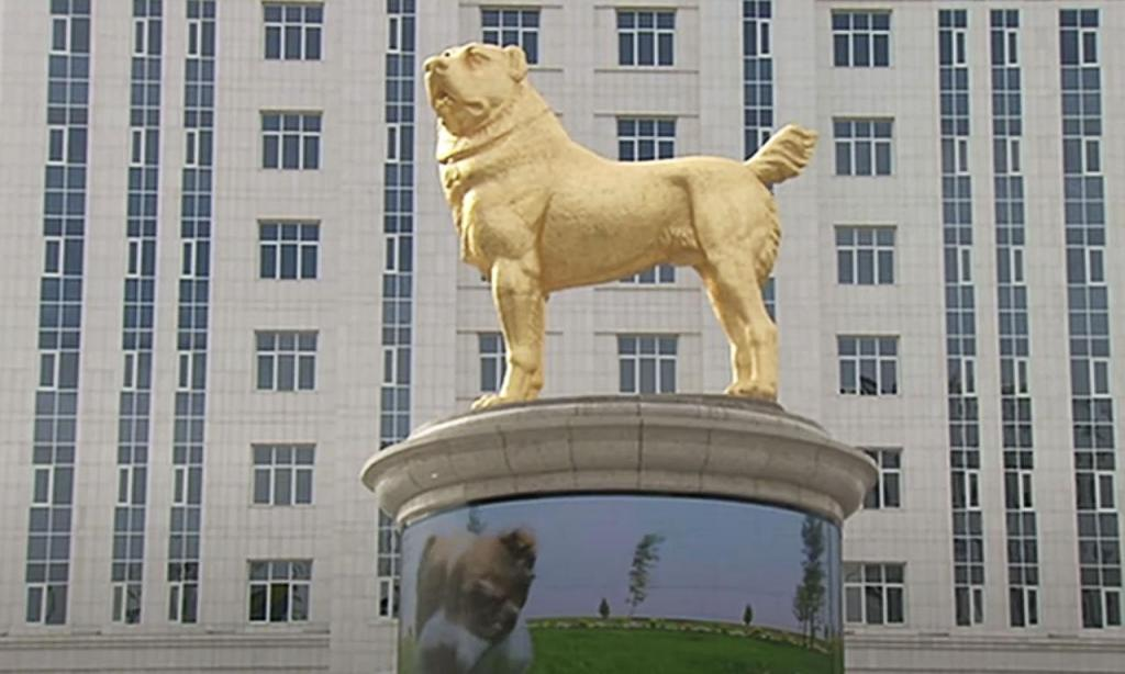 Estátua do cão preferido do presidente Gurbanguly Berdymukhamedov