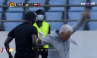 Treinador do Sudão cai após ser empurrado pelo árbitro (twitter)